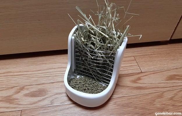 牧草ポットを牧草とペレット入れ物として使う方法