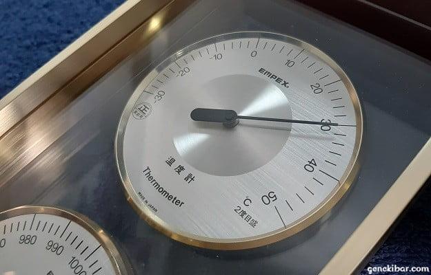 30度を超えた室内の温度計