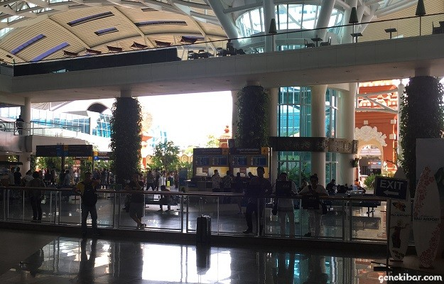 バリ国際空港の出口