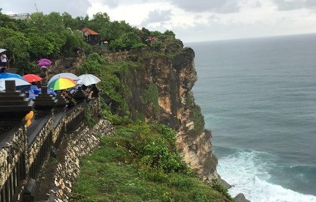 ウルワツ寺院の断崖絶壁