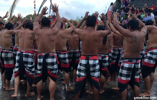ウルワツ寺院のケチャックダンス