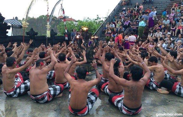 ウルワツ寺院のケチャックダンスで円陣フォーメーション