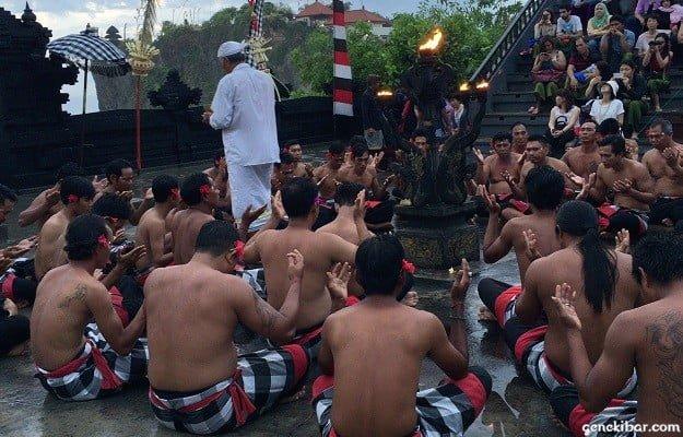 ウルワツ寺院のケチャックダンスで安全の祈り