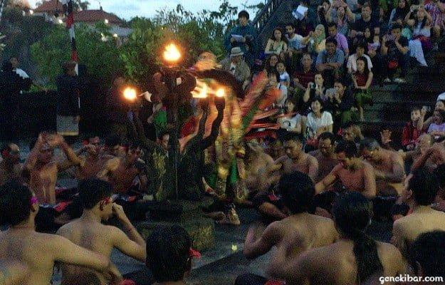 ウルワツ寺院のケチャックダンスに登場する魔王