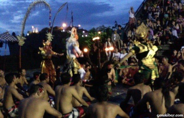 ウルワツ寺院のケチャックダンスに登場する白猿