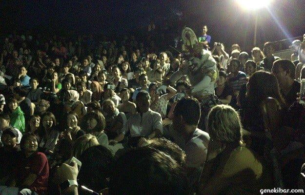 ウルワツ寺院のケチャックダンスに登場する白猿がステージに乱入