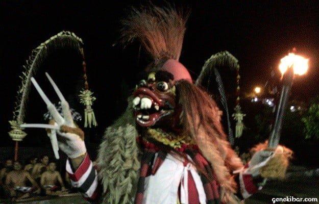 ウルワツ寺院のケチャックダンスに登場する魔王の手下