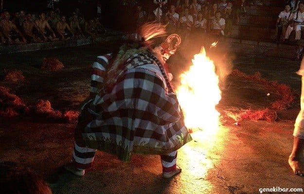 ウルワツ寺院のケチャックダンスに登場する魔王の手下が地面に火をつける