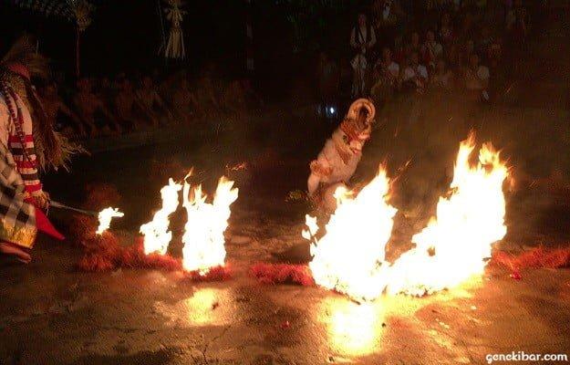 ウルワツ寺院のケチャックダンスに登場する白猿が炎に包まれる