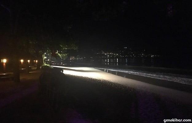 夜のインターコンチネンタルバリリゾートのビーチ