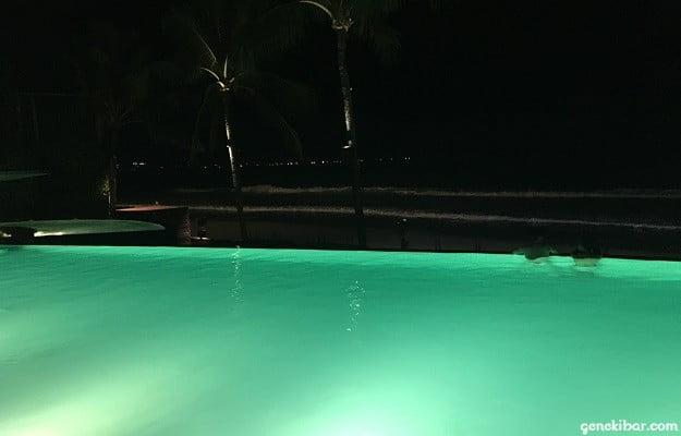 インフィニティプール奥に広がるビーチ