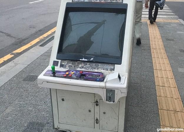 韓国の路上に投棄されたアーケードゲームの筐体
