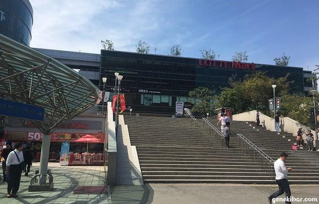 ソウル駅階段上、ロッテマート