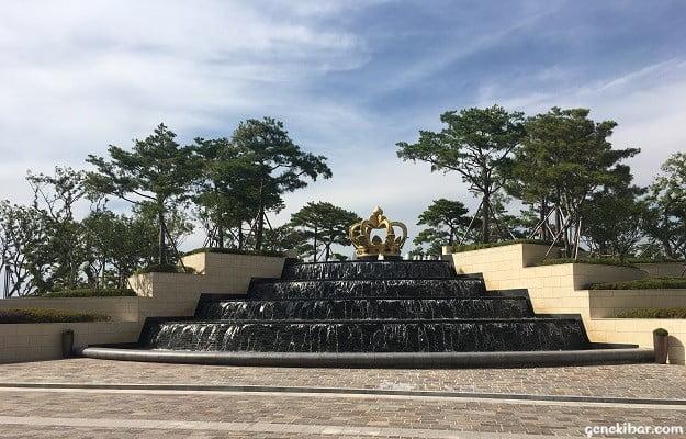 パラダイスシティ噴水上のゴールデンクラウン