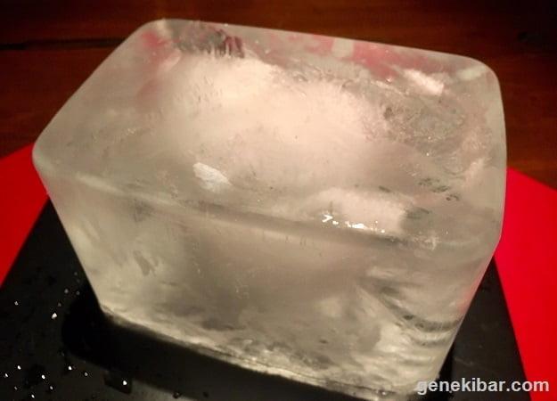タッパーで水を凍らせてから取り出した氷