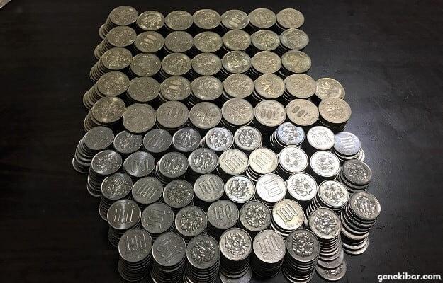 10枚ずつ並べた100円と500円玉硬貨