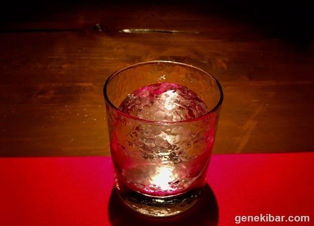 グラスに収まった丸氷