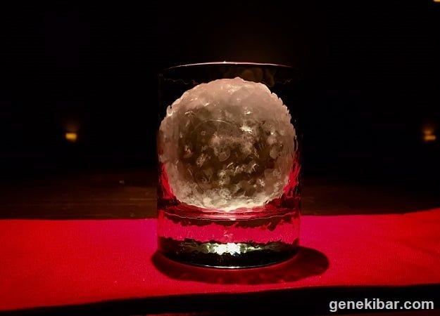 再び凍らせた丸氷をロックグラスにいれたもの