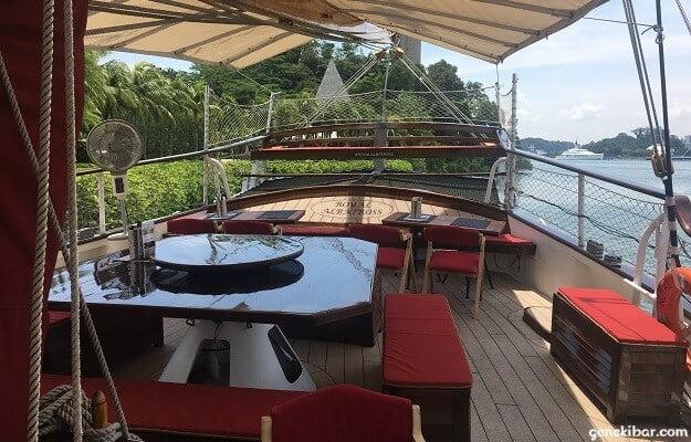 ロイヤルアルバトロス2階のテーブル席
