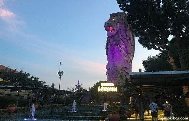 紫色にライトアップされたマーライオン