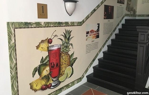 ロングバーへ通じる階段とロングバーの歴史