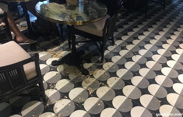 椅子の下にもピーナッツの殻