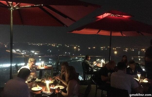 セラヴィで食事をする観光客