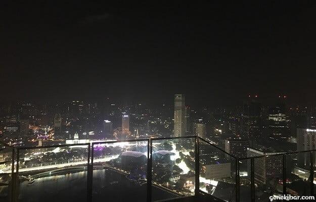 マリーナベイサンズの屋上から見たシンガポールのビル群