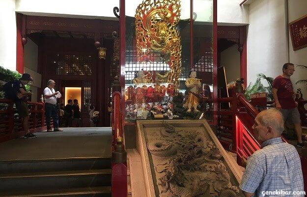 佛牙寺の龍の彫刻