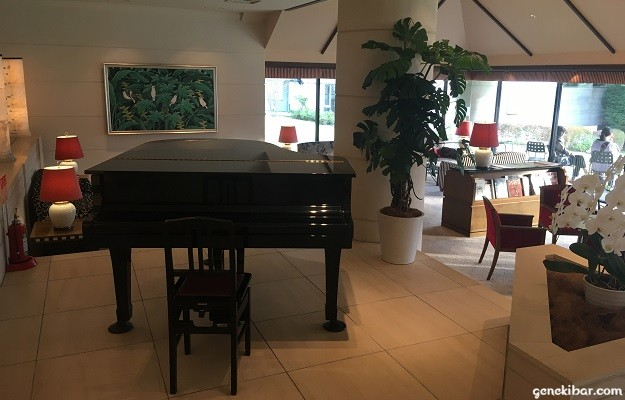 箱根ハイランドホテルのラウンジに設置されたピアノ