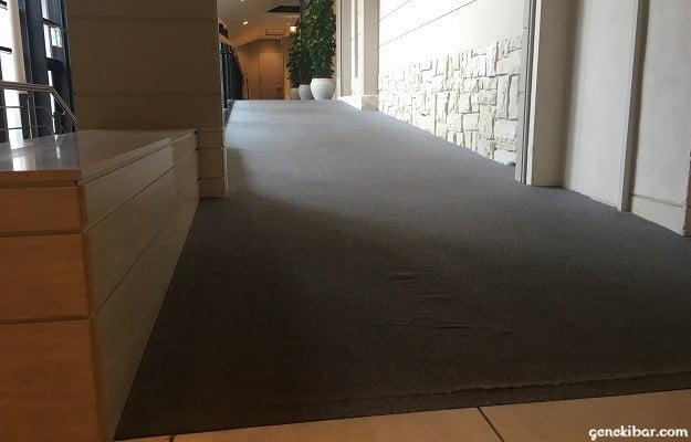箱根ハイランドホテルのスロープになっている通路
