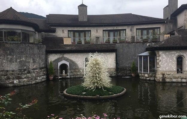 箱根ガラスの森美術館の庭園にある池
