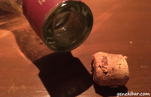 ウイスキーのボトルの中に入ったコルク栓を取り出したところ