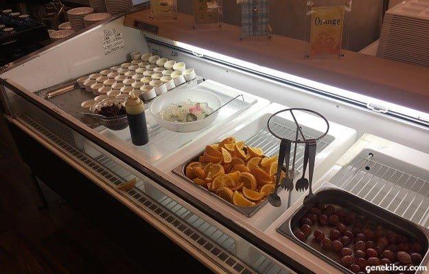 フルーツやプリンなどのデザート