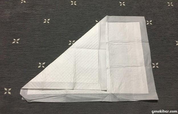 ペットシーツを左から三角に折る
